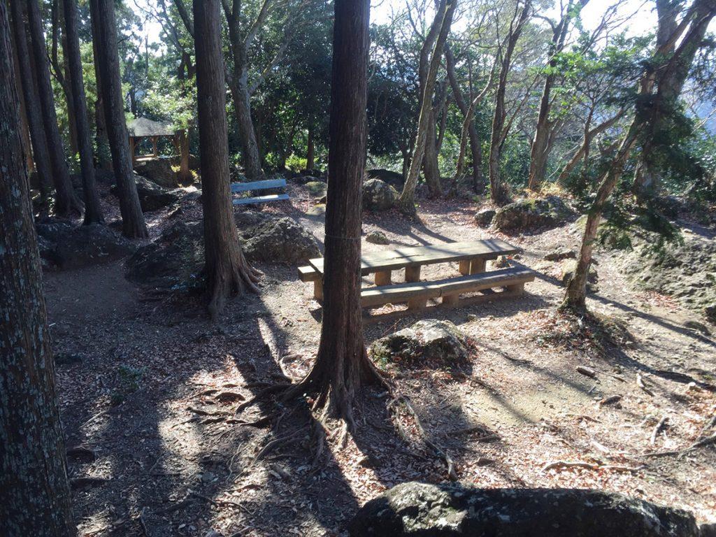 びく石ハイキングコース-山頂 ベンチ