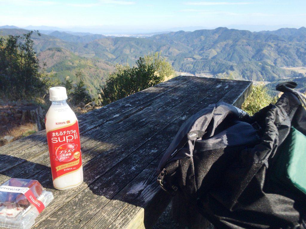 びく石ハイキングコース-山頂で休憩