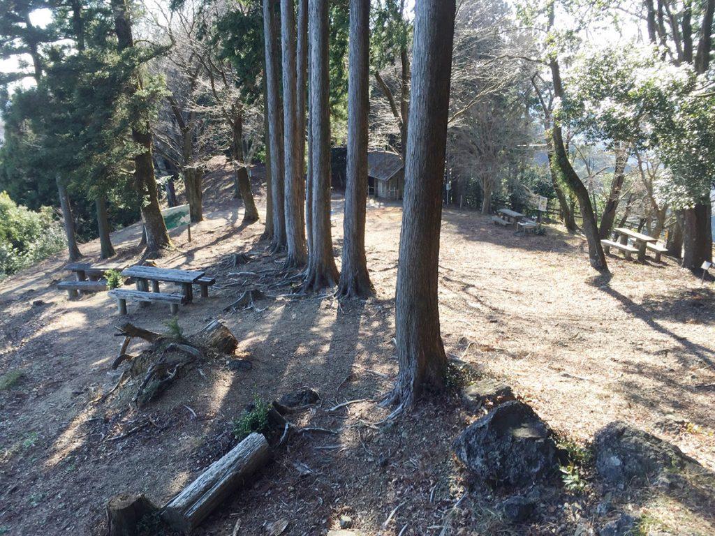 石谷山山頂の休憩所 ハイキングコース