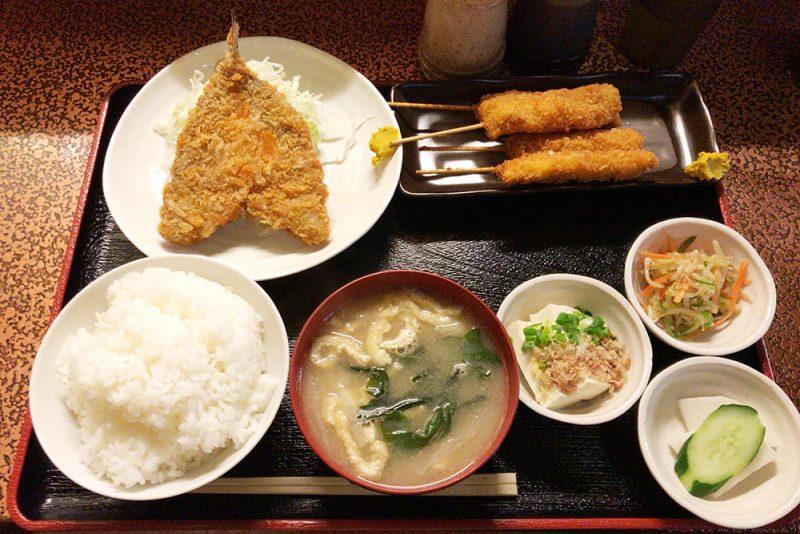 「サウナしきじ」のグルメ、アジフライ定食