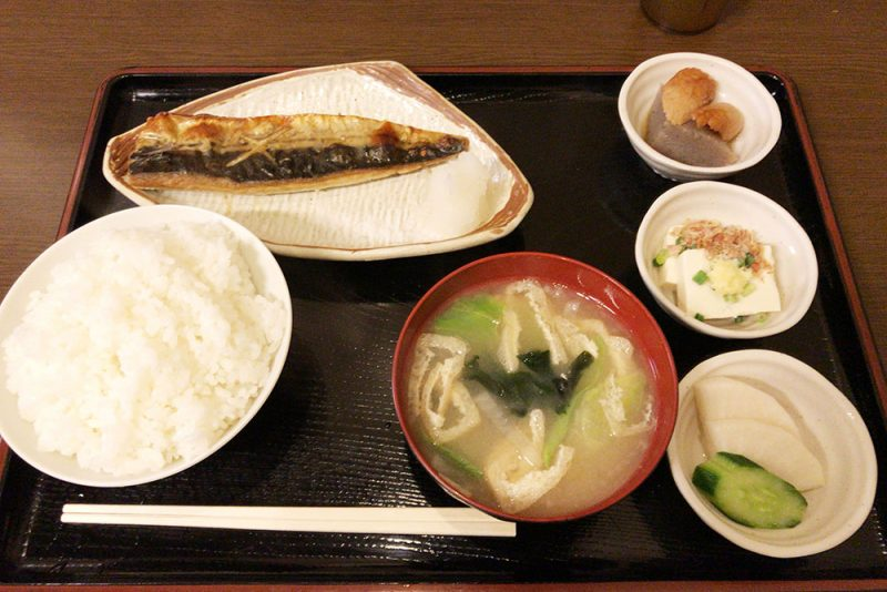 「サウナしきじ」焼き魚定食。健康的なサバで