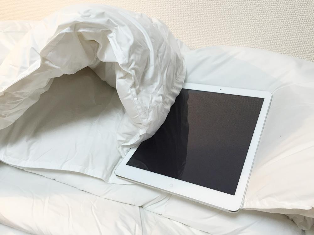 ニトリかるふわ羽毛布団-iPadと比較