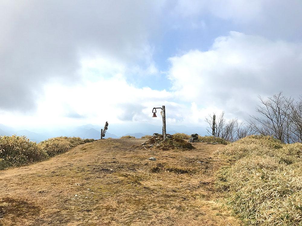 十枚山 頂上の写真 全景です。広々とした頂上